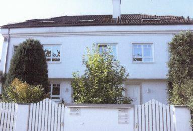 Grünwald: Freistehende Villa mit Poolbereich und Einliegerwohnung