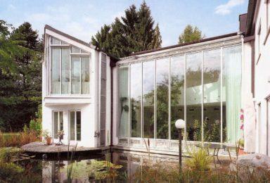 Münchner Süden: Architekten-Villa mit Schwimmteich und Wellness