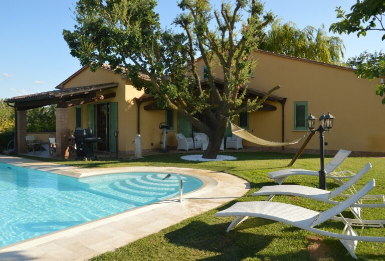 Italien: Mediterrane Villa mit Pool